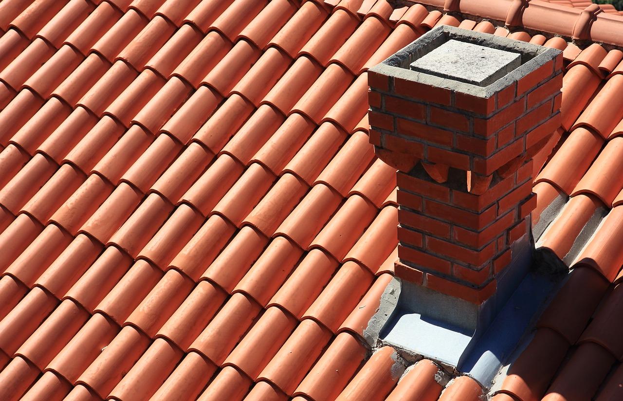Budowa dachu to trudna sprawa – blachy stalowe ocynkowane ogniowo. Obróbka blacharska komina