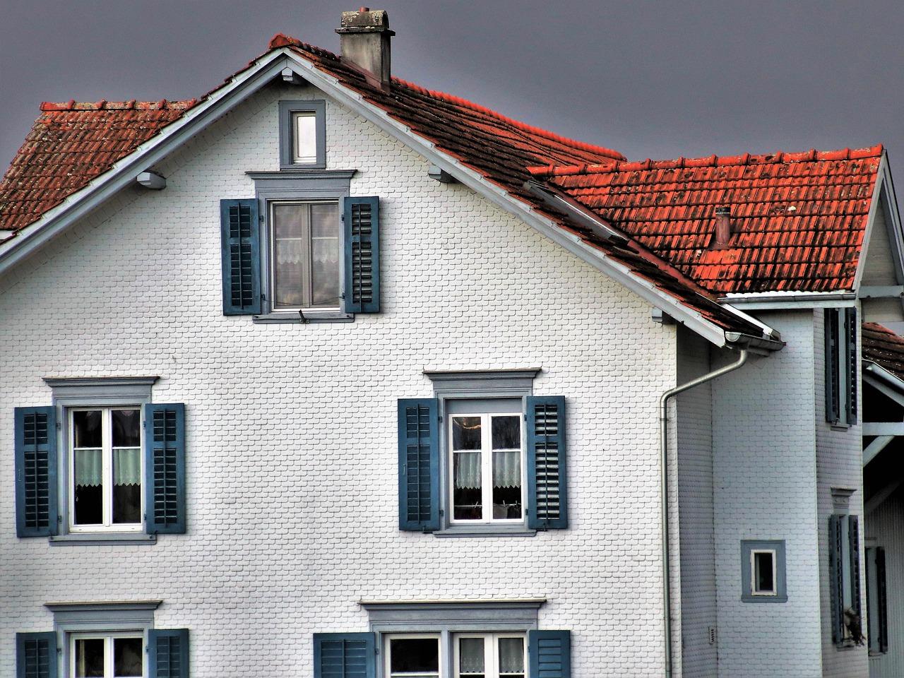 Szczelna chata – badanie szczelności budynku. Lokalizacja nieszczelności dachu –  uszczelniacz dekarski Lakma